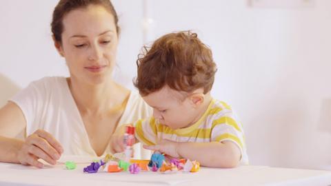 Ejercicio de estimulación para la motricidad fina en bebés